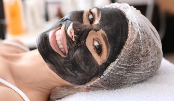 Veganlar için Aydınlatıcı Kömür Maskesi