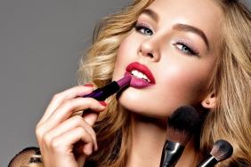 model-makeup-makiiazh-portret-blondinka-litso-pomada-vzgliad
